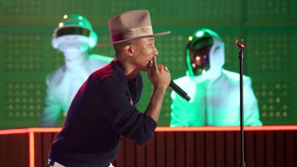 Pharrell Williams est la voix du tube de Daft Punk, Get Lucky, qu'il interprète ici lors des Grammy Awards. Crédit photo: Matt Sayles/Invision/AP